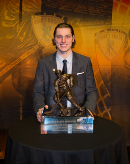 Former Thayer Hockey Player Wins Hobey Baker Award